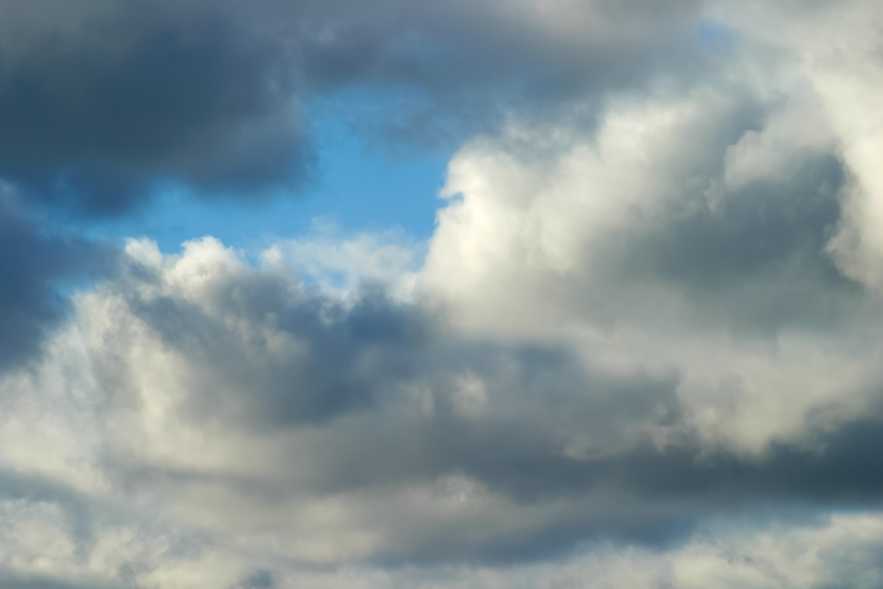 厚い雲に覗く青空 Free Photos L/RGB/JPEG/350dpi